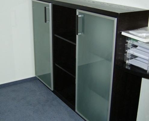 Büroschrank mit Glastüren