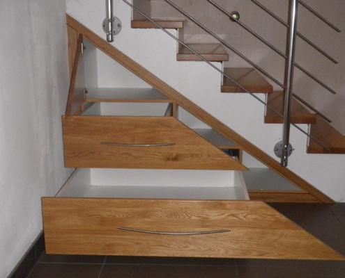 schräge Auszüge unter Treppe