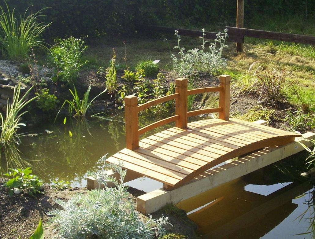 Holzbrücke im Garten