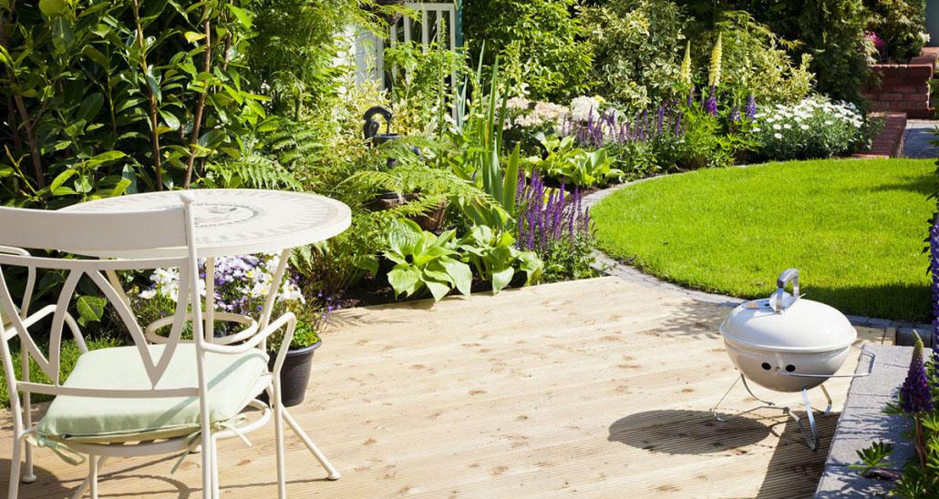 Garten mit Holzterrasse