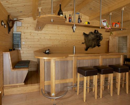 Partykeller mit Holzbar